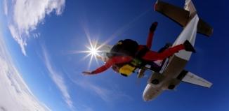 Sezon na skoki rozpoczęty! Zarezerwuj swój skok spadochronowy w Zielonej Górze już teraz!