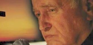 Jan Nowicki z dziełami Jana Twardowskiego we Wschowie