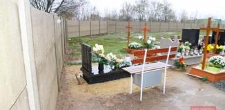 Ogrodzenie blisko grobów. Cmentarz komunalny pomniejszony