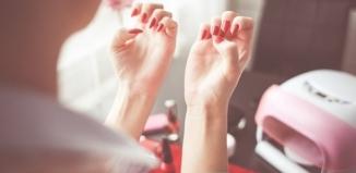 Manicure hybrydowy – wykonasz go sama!