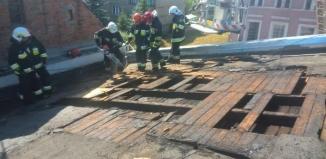Strażacy gaszą pożar poddasza w Szlichtyngowej. Utrudniony przejazd na krajowej 12