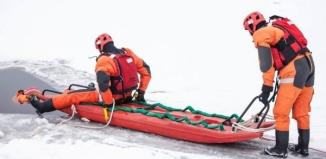 Wyciągneli ludzi z lodowatej wody