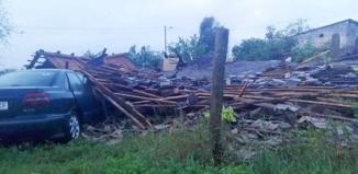 Silna burza, ulewny deszcz i zniszczenia